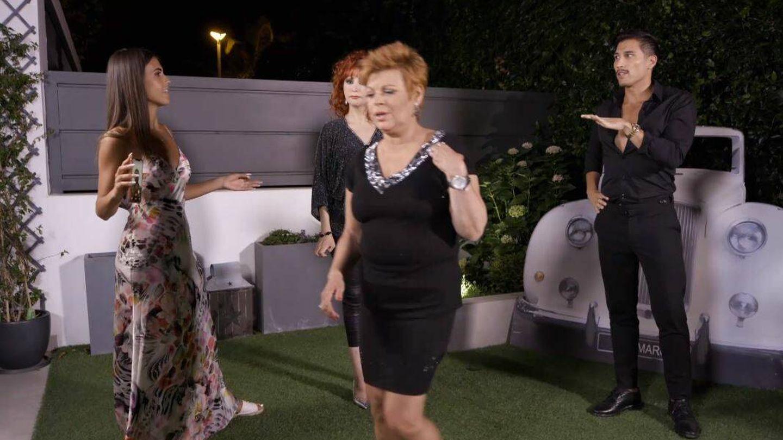Terelu se aparta del grupo en 'Ven a cenar conmigo'. (Mediaset España)