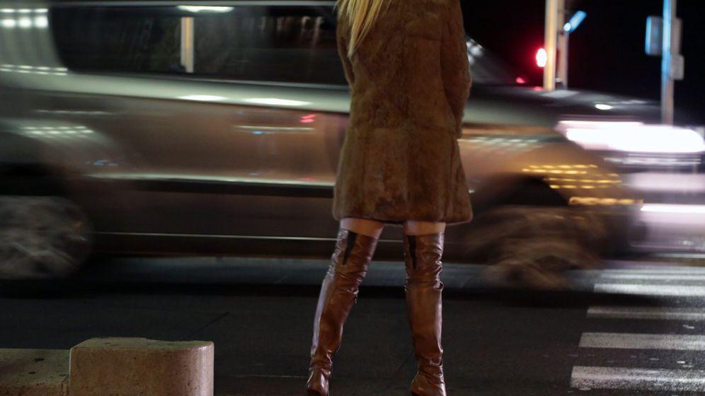 Foto: Una prostituta espera en la calle. (Reuters)