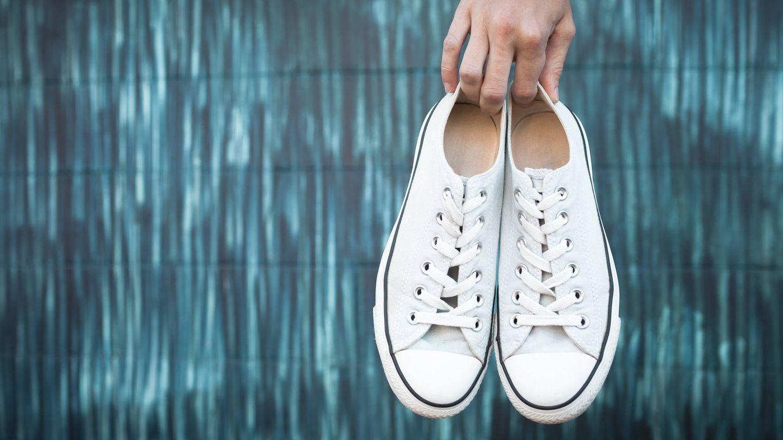 Como nuevas: el truco casero para limpiar unas zapatillas blancas