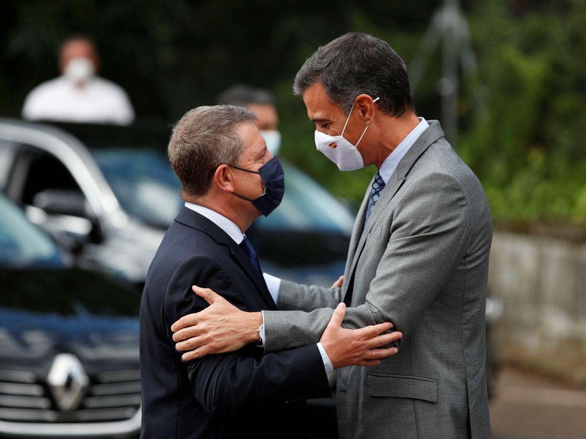 Foto: Page y Sánchez se saludan en Guadalajara. (EFE)