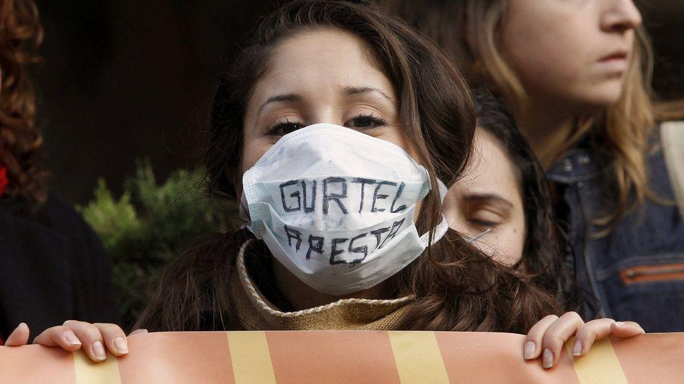 Foto: Una joven del Colectivo contra la Corrupción protesta ante el Tribunal Superior de Justiccia de Valencia en 2011. (EFE)