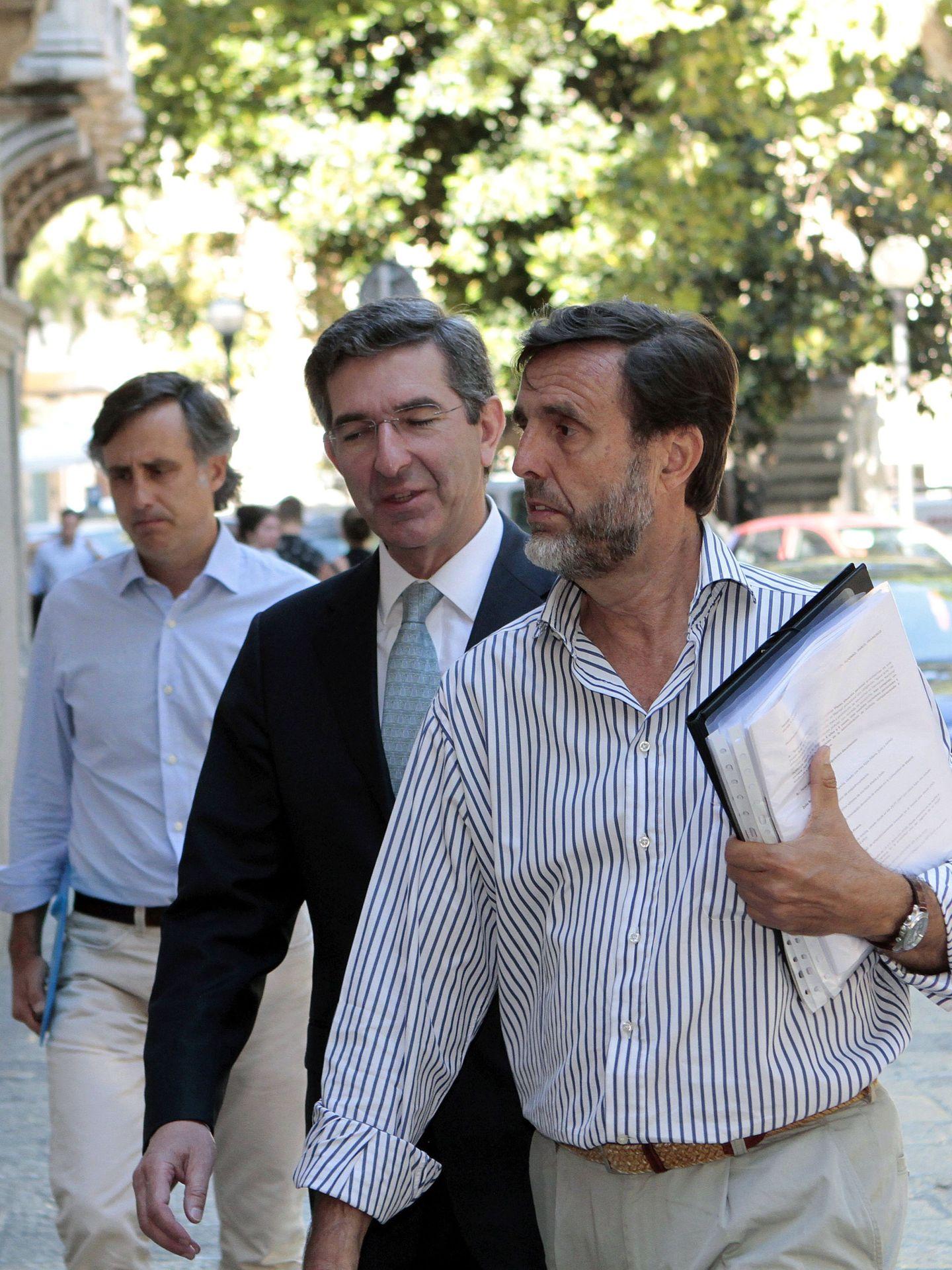 Zoilo Ruiz-Mateos (dcha), su abogado y su hermano Pablo (izq), en la Audiencia Provincial de Palma. (EFE)