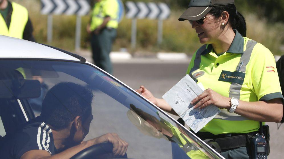 Foto: Agente de la Agrupación de Tráfico de la Guardia Civil realizando un control rutinario de documentación. (EFE)