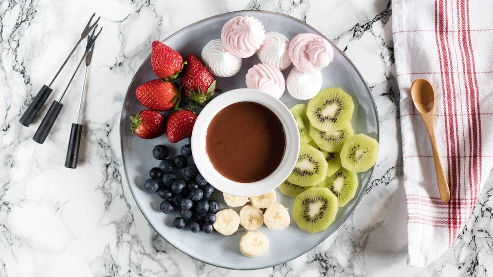 Fondue de chocolate con frutas y merengue: juega y disfruta como un niño