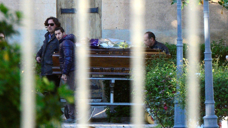 El ataúd con el cadáver de Toto Riina llega al cementerio de Corleone, en Italia. (Reuters)