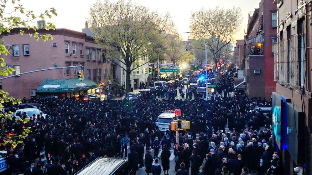 Foto: Funeral celebrado en Brooklyn por comunidad ultraortodoxa. (Twitter)