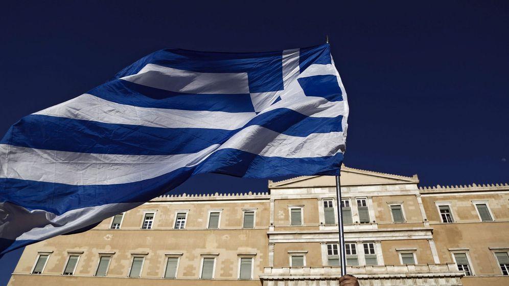 Foto: Un manifestante ondea una bandera griega durante una protesta contra el gobierno en el exterior del Parlamento de Atenas, en Grecia. (EFE)