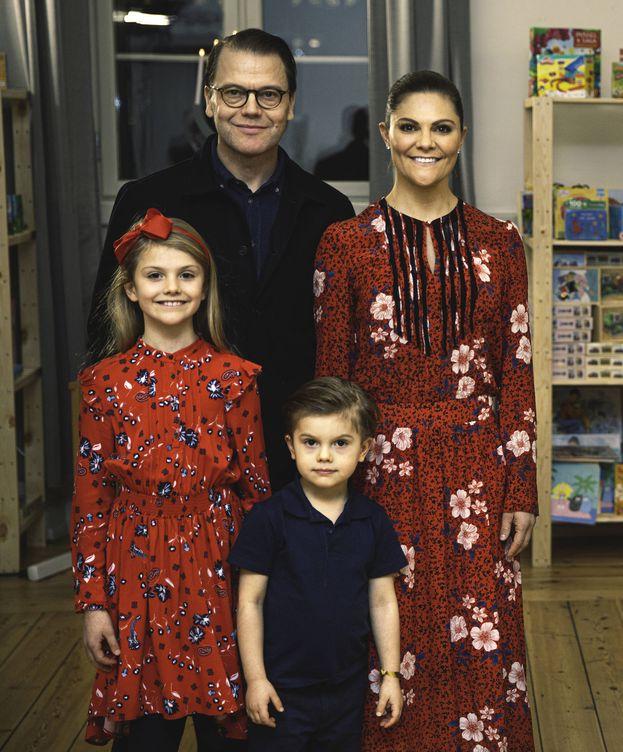 Foto: Victoria y Daniel de Suecia, con sus hijos. (Casa Real de Suecia)
