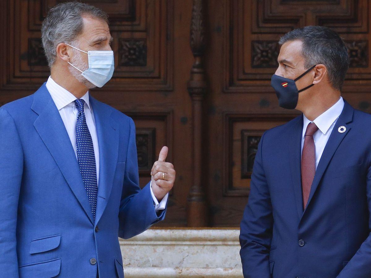 Foto: El rey Felipe VI (i), en el Palacio de Marivent durante su audiencia este verano al presidente del Gobierno, Pedro Sánchez. (EFE)