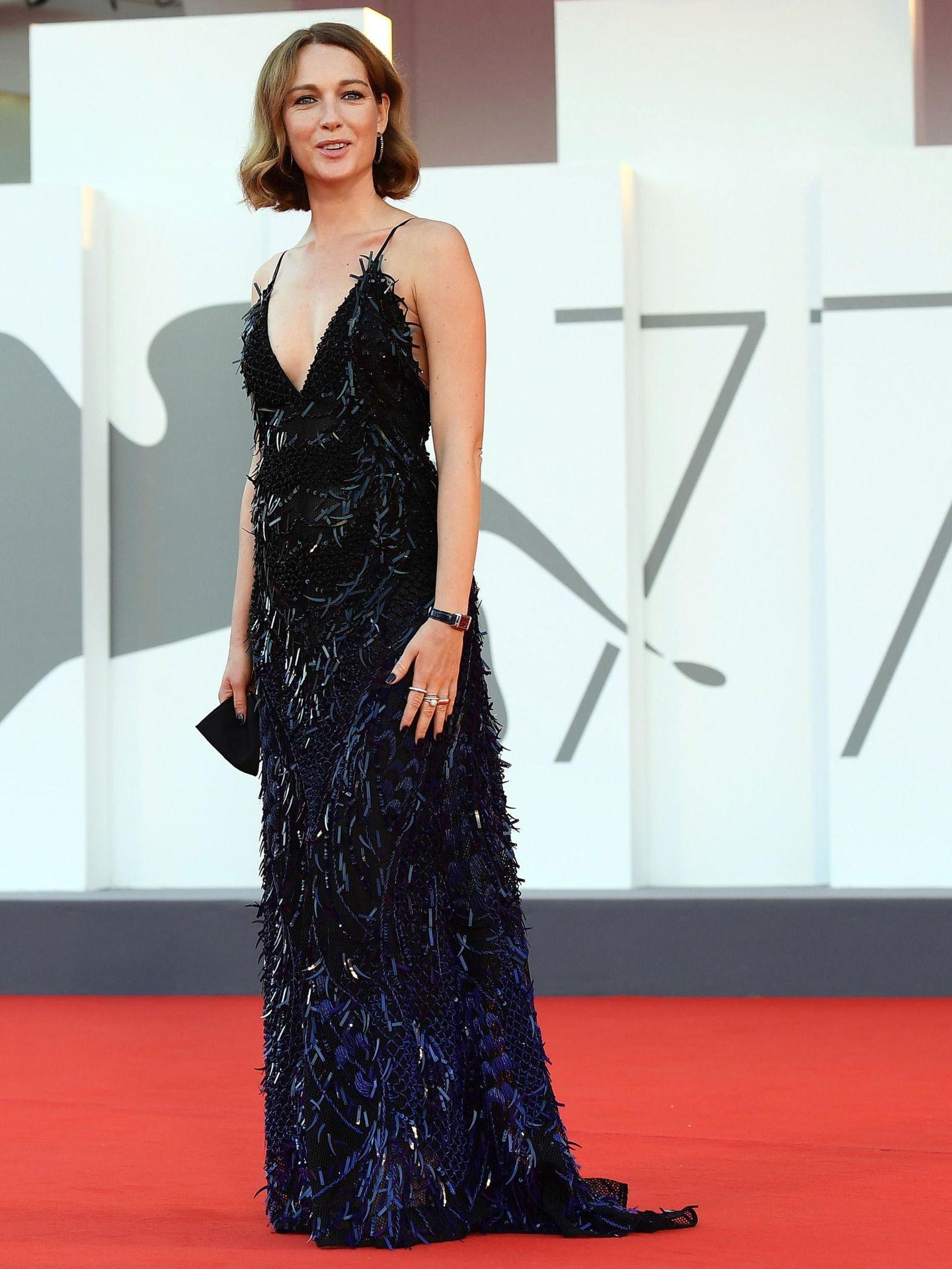 La actriz Cristiana Capotondi, en el estreno de 'Miss Marx' con vestido negro de plumas. (EFE)