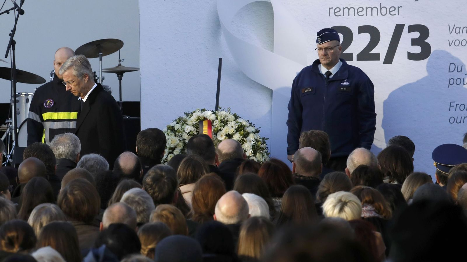 Foto: El Rey de Bélgica abandona un acto de homenaje a las víctimas en el aeropuerto Zaventem de Bruselas. (Reuters).