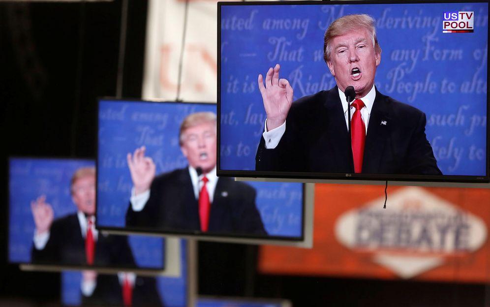 Foto: Donald Trump durante el último debate presidencial, en varios monitores de la Universidad de Nevada. (Reuters)