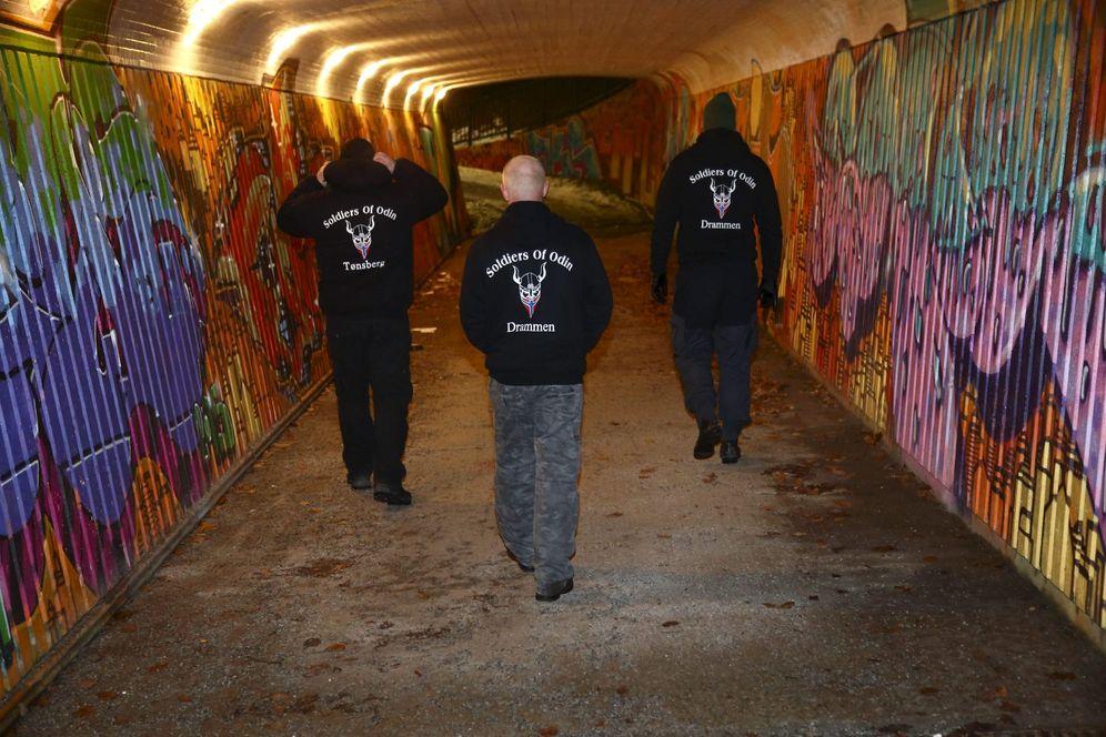 Foto: Miembros de Soldados de Odín patrullan las calles de Drammen, Noruega, el 21 de febrero de 2016. (Reuters)