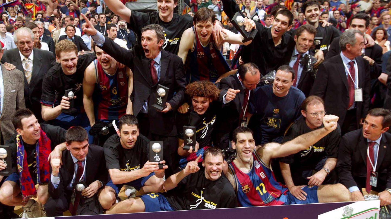 Svetislav Pesic y los jugadores del Barcelona celebran el título de la Euroliga en 2003. (Imago)