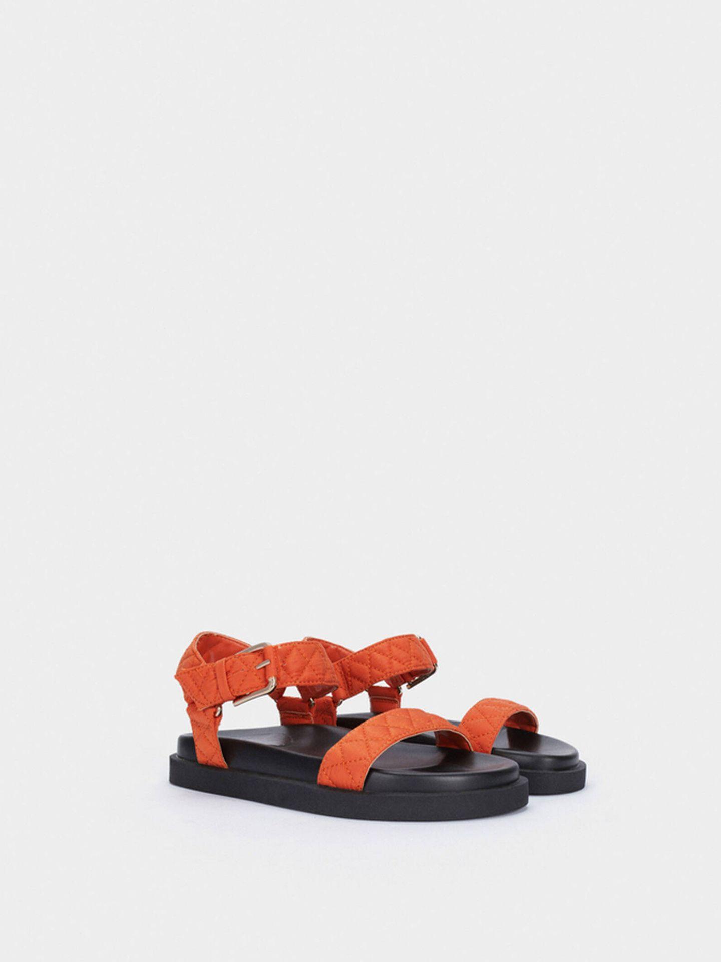 Sandalias bicolor y cómodas de Parfois. (Cortesía)