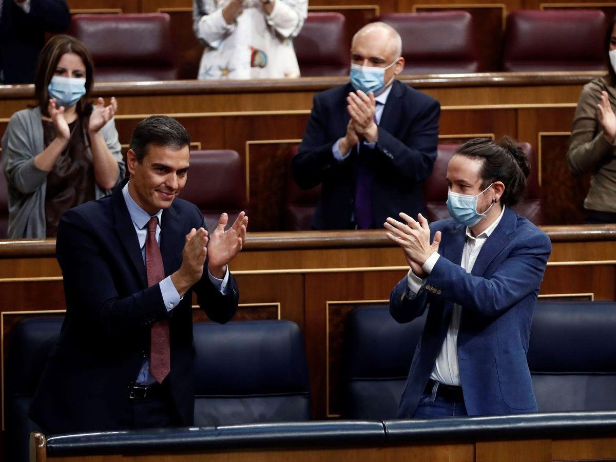 Foto: El presidente del Gobierno, Pedro Sánchez, es aplaudido por el vicepresidente segundo, Pablo Iglesias (d), y sus compañeros de partido tras su intervención en la moción de censura. (EFE)