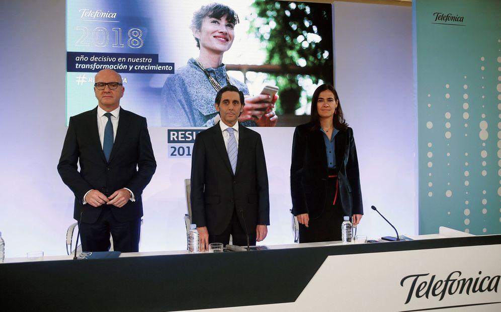 Foto: El presidente ejecutivo de Telefónica SA, José María Álvarez-Pallete, acompañado por la directora de Finanzas y Control, Laura Abasolo, y el consejero delegado, Ángel Vilá Boix (i). (EFE)