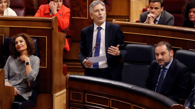El ministro del Interior, Fernando Grande-Marlaska (c), durante la sesión de control. (EFE)