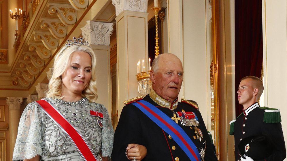 Foto: La princesa Mette-Marit con el rey Harald. (Dana Press)