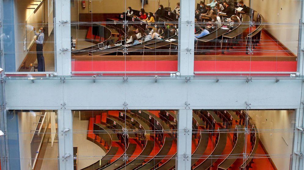 Foto:  Un profesor imparte clase en el Campus Ciutadella de la Universidad Pompeu Fabra. (EFE)