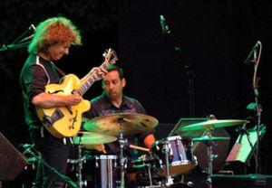 El guitarrista Pat Metheny juega con sus guitarras en su impecable concierto en Madrid