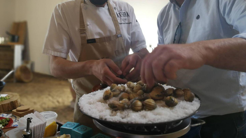 Berberechos a la sal en una nave reconvertida en restaurante en las salinas de Castro Marim. (ST)