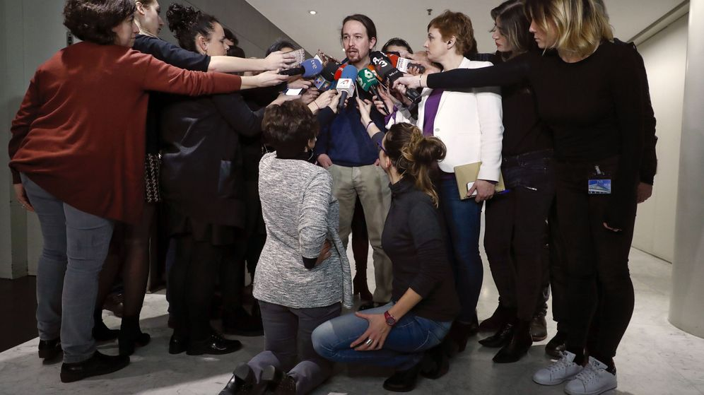 Foto: El líder de Podemos, Pablo Iglesias, responde a las preguntas de los periodistas en los pasillos de Congreso de los Diputados. (EFE)
