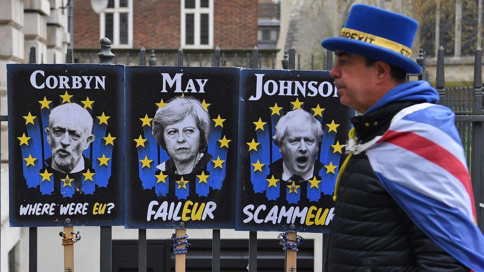 Foto: Carteles con las caras de May, Corbyn y Boris Johnson. (EFE)