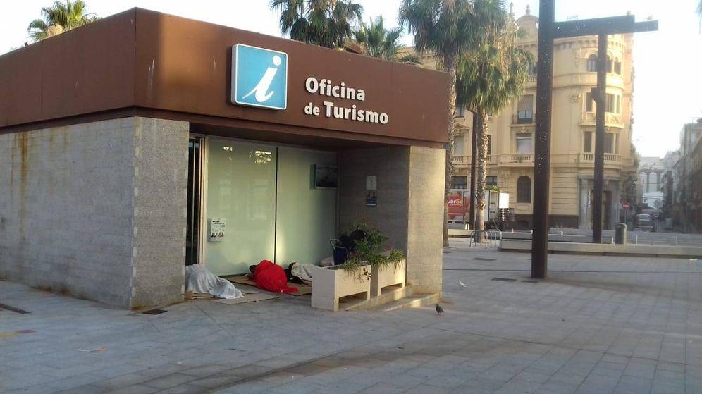 Foto: Inmigrantes durmiendo en los soportales de la Oficina de Turismo de Algeciras. (José Ángel Cadelo)