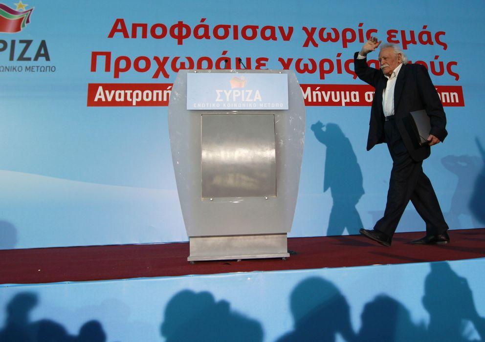 Foto: Manolis Glezos saluda a simpatizantes durante un mitin electoral de Syriza en Atenas, en 2012. (Reuters)