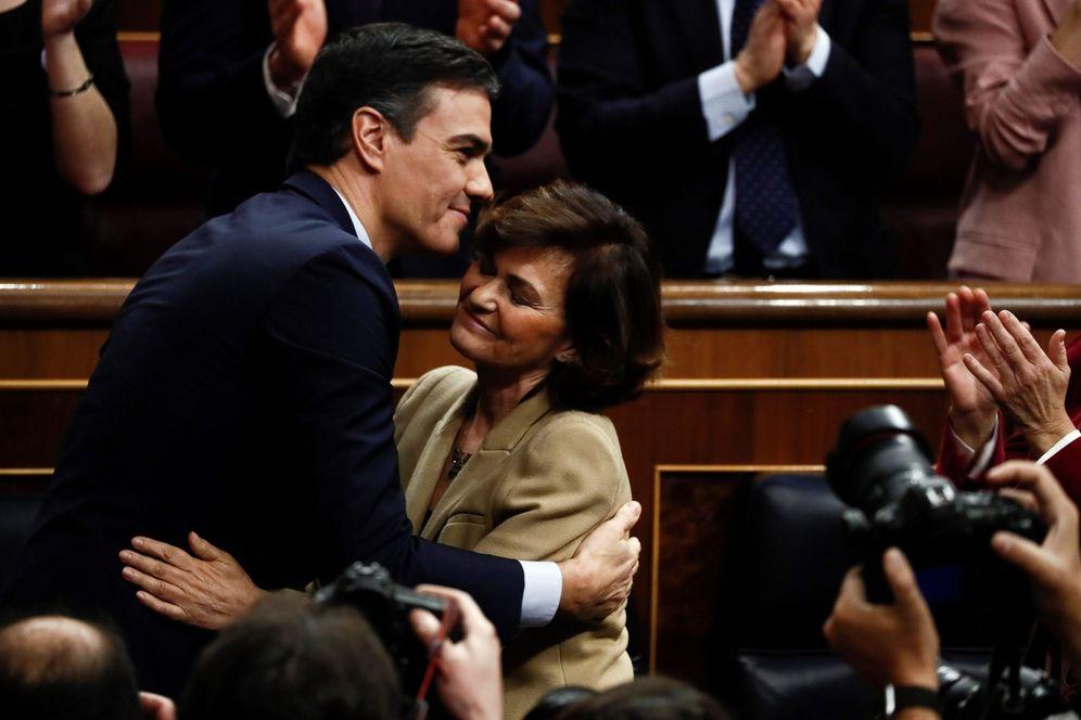 Foto: Pedro Sánchez es felicitado por Carmen Calvo tras ser investido presidente del Gobierno, este 7 de enero. (EFE)