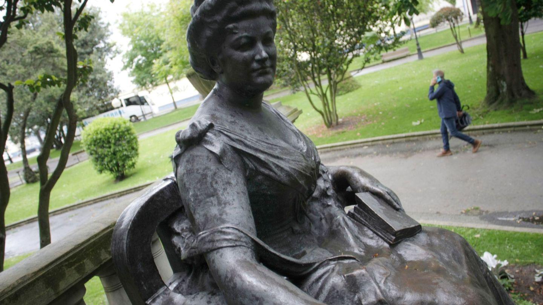 Estatua de la escritora Emilia Pardo Bazán en los jardines de Méndez Núñez, de A Coruña. (EFE)