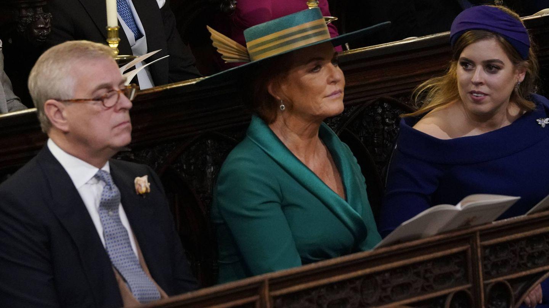 La princesa Beatriz, con sus padres durante la boda de la princesa Eugenia. (Getty)