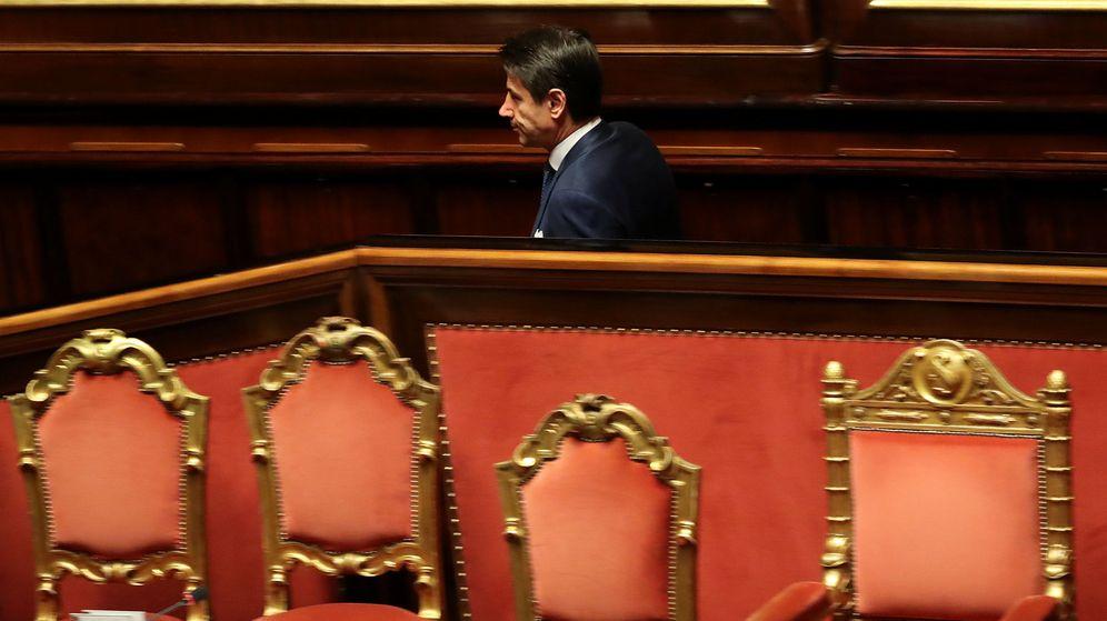 Foto: El presidente italiano Giuseppe Conte sale del Senado tras un debate, en Roma, el 19 de diciembre de 2018. (Reuters)