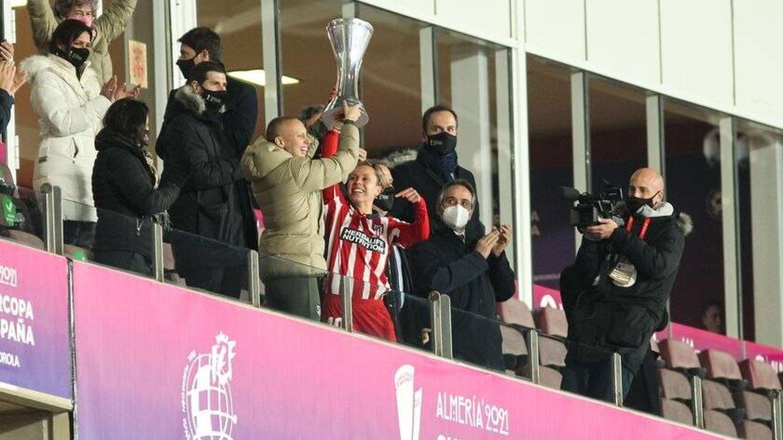Virginia Torrecilla recoge la Supercopa de España ganada por el Atlético de Madrid.