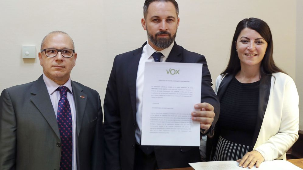 Foto: El líder de Vox, Santiago Abascal (c), junto a la secretaria general del grupo parlamentario, Macarena Olona (d), y el senador de Vox, Francisco José Alcaraz (i). (EFE)