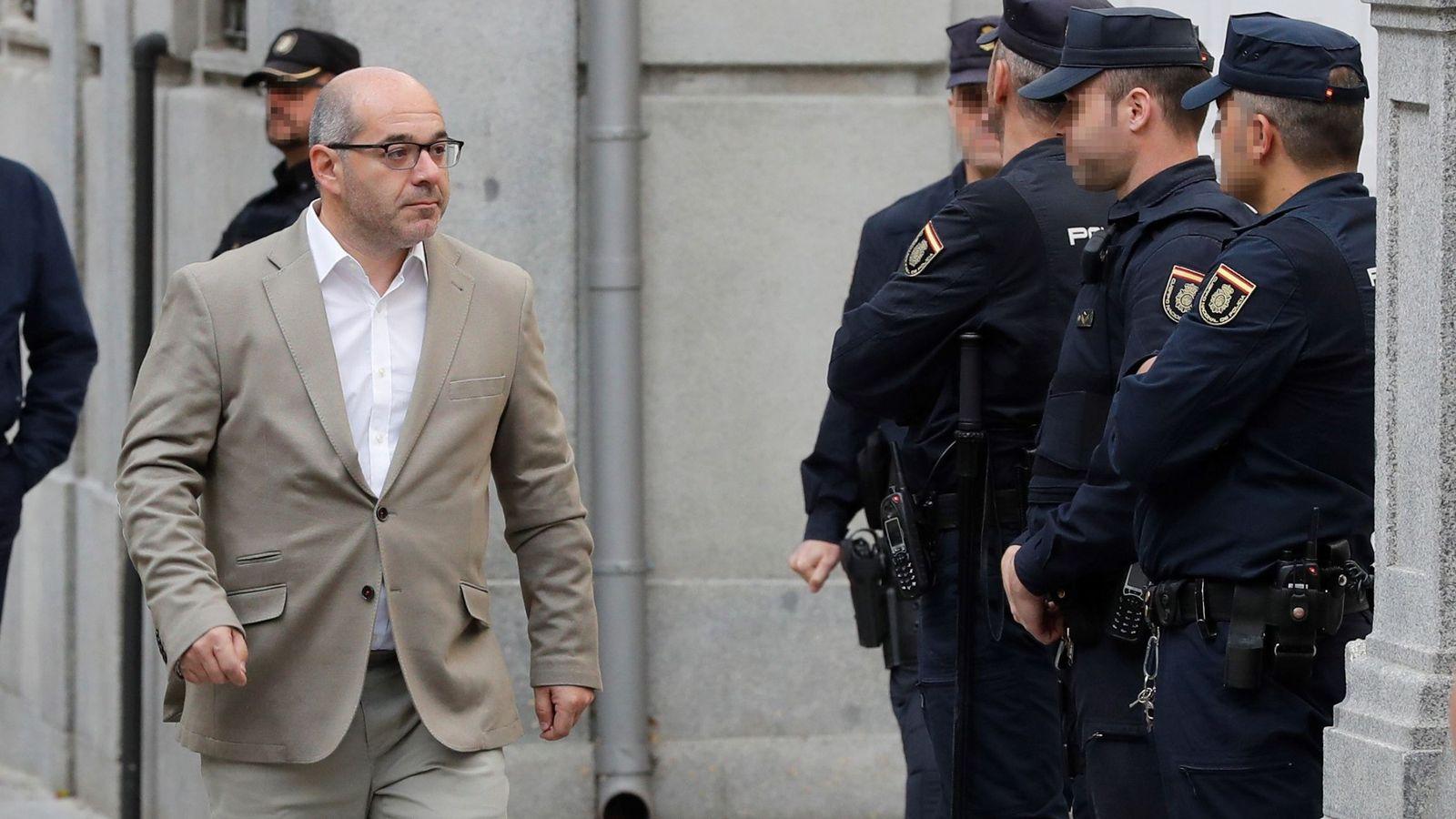 Foto: Lluis Guinó, exmiembro de la Mesa del Parlament, llega al TS. (EFE)