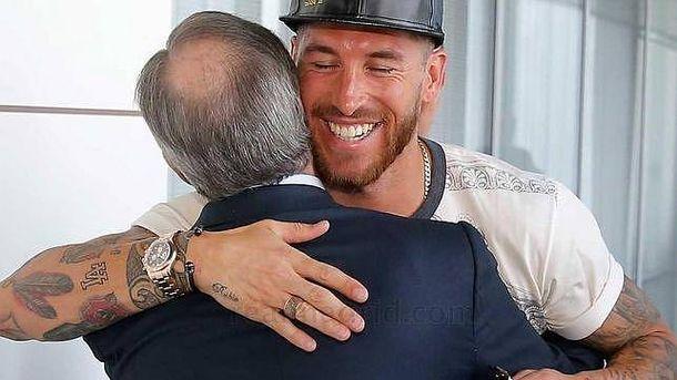 Foto: Sergio Ramos abraza a Florentino Pérez en una imagen de archivo.