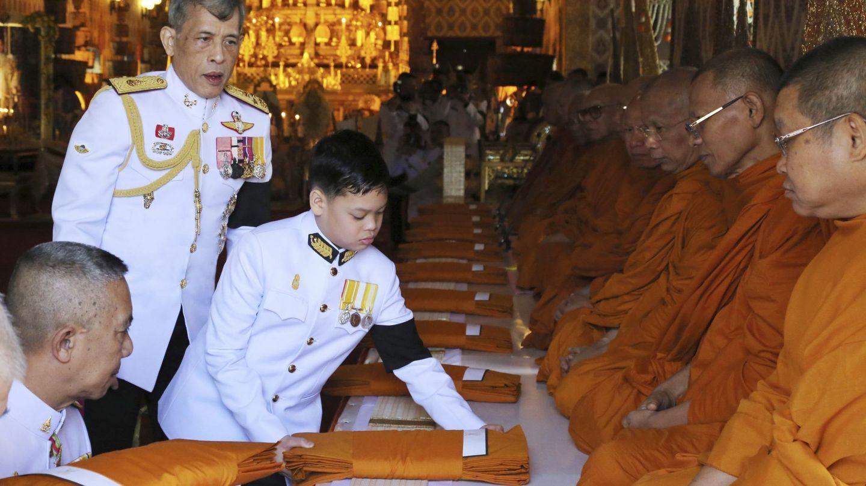 El rey Rama X, con el príncipe heredero. (EFE)