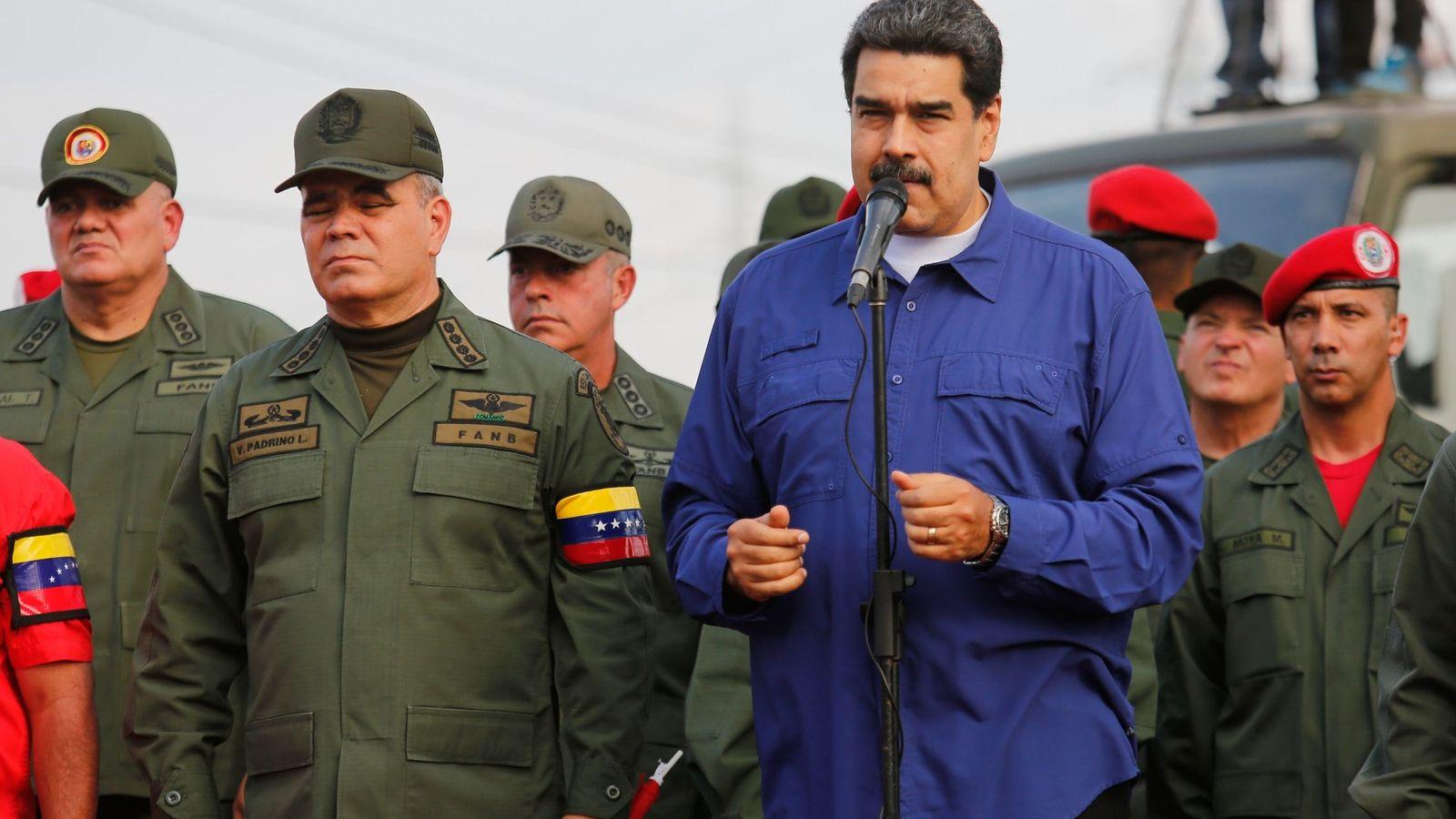 Foto: El presidente de Venezuela, Nicolás Maduro (2d), junto a su ministro de Defensa, Vladimir Padrino (i), durante un acto con militar. (EFE)