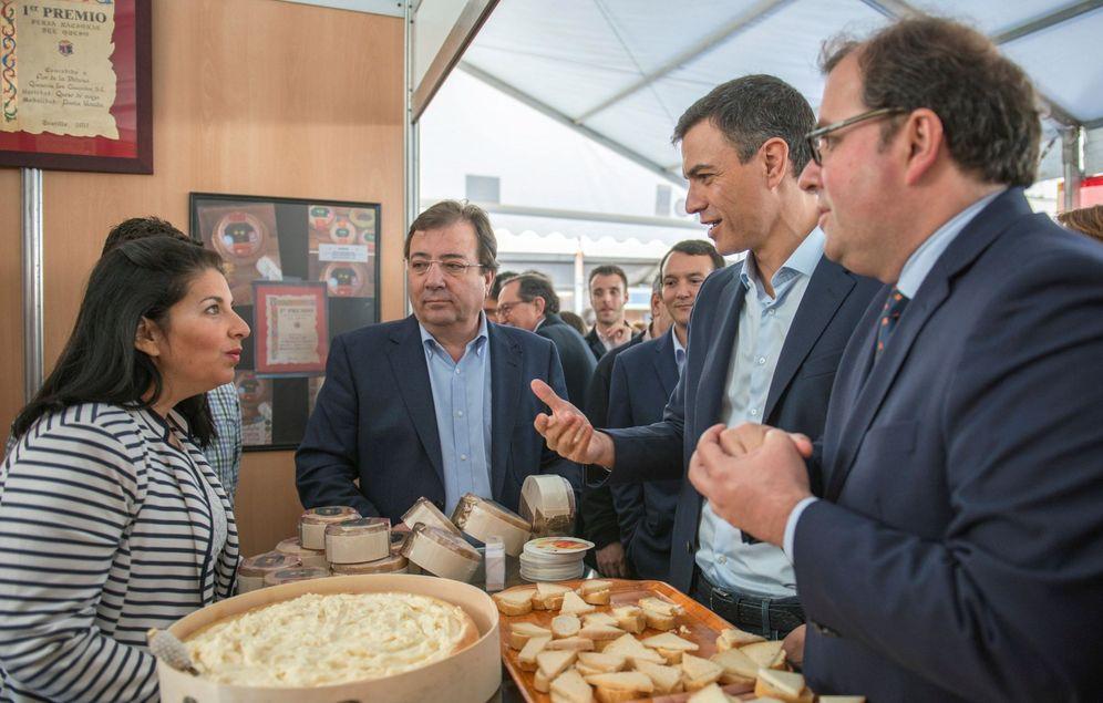 Foto: Pedro Sánchez y Guillermo Fernández Vara, este 28 de abril en la inauguración de la XXXIII Feria Nacional del Queso en Trujillo, Cáceres. (EFE)