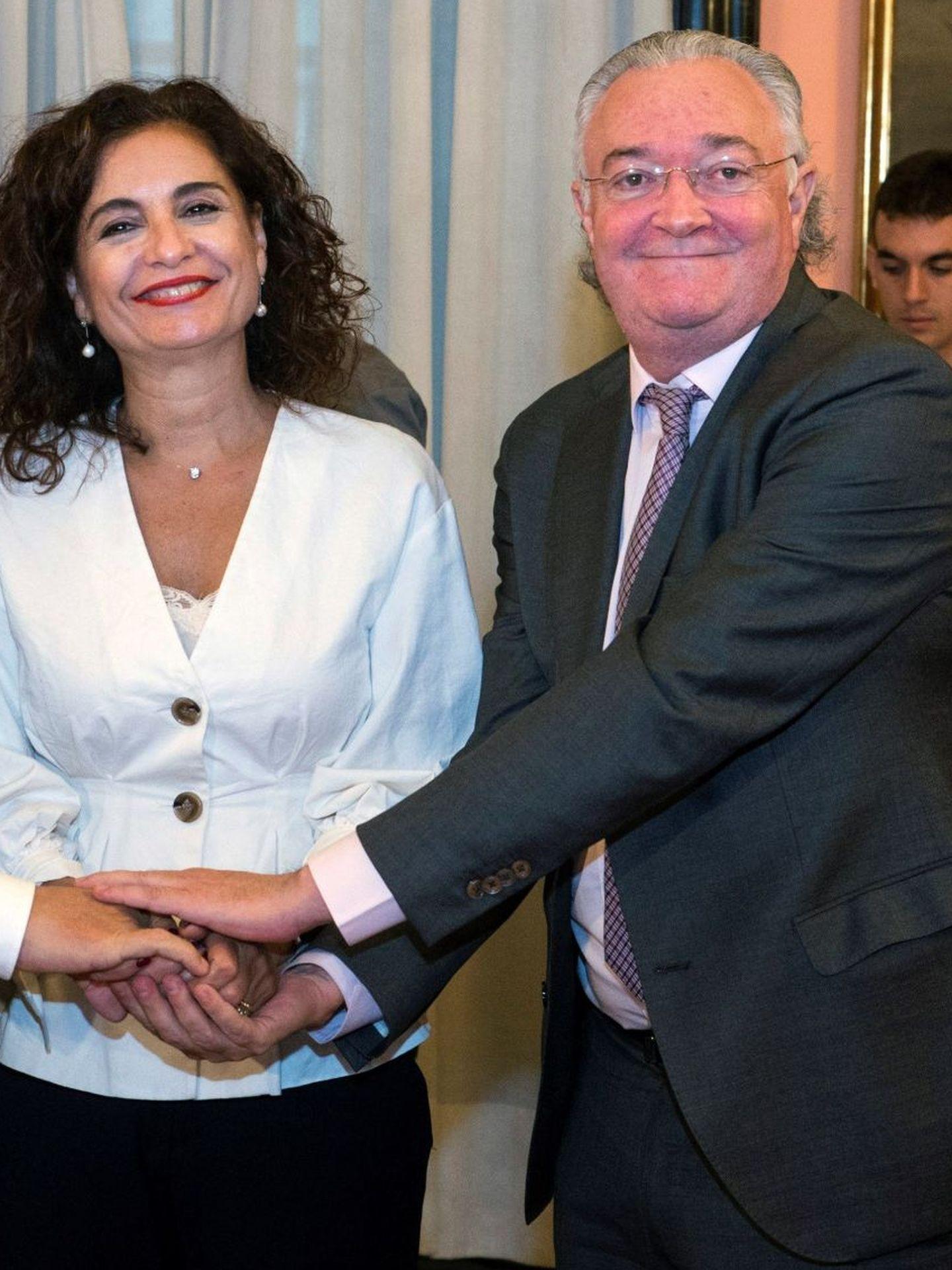 Foto de archivo de la ministra de Hacienda, María Jesús Montero, y Jesús Huerta Almendro, presidente de la Sociedad Estatal Loterías y Apuestas del Estado. (EFE)