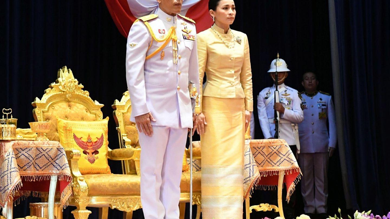 El rey Maha Vajiralongkorn Bodindradebayavarangkun de Tailandia acompañado de la reina Suthida. (EFE)