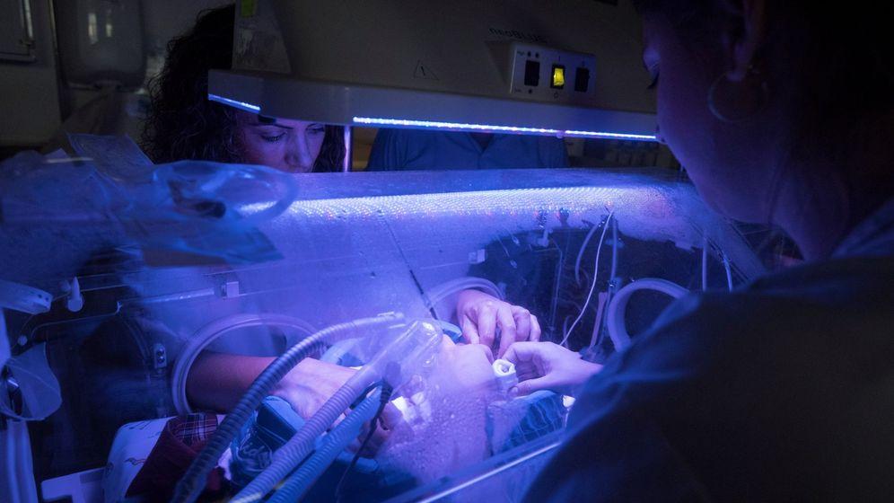 Foto: Dos enfermeras atienden a un bebé que nació de forma prematura