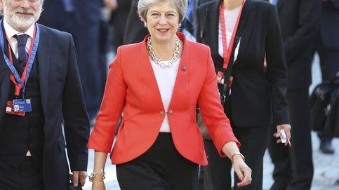 Theresa May, vestida para el 'Brexit' con zapatos leopardo y perlas oversize