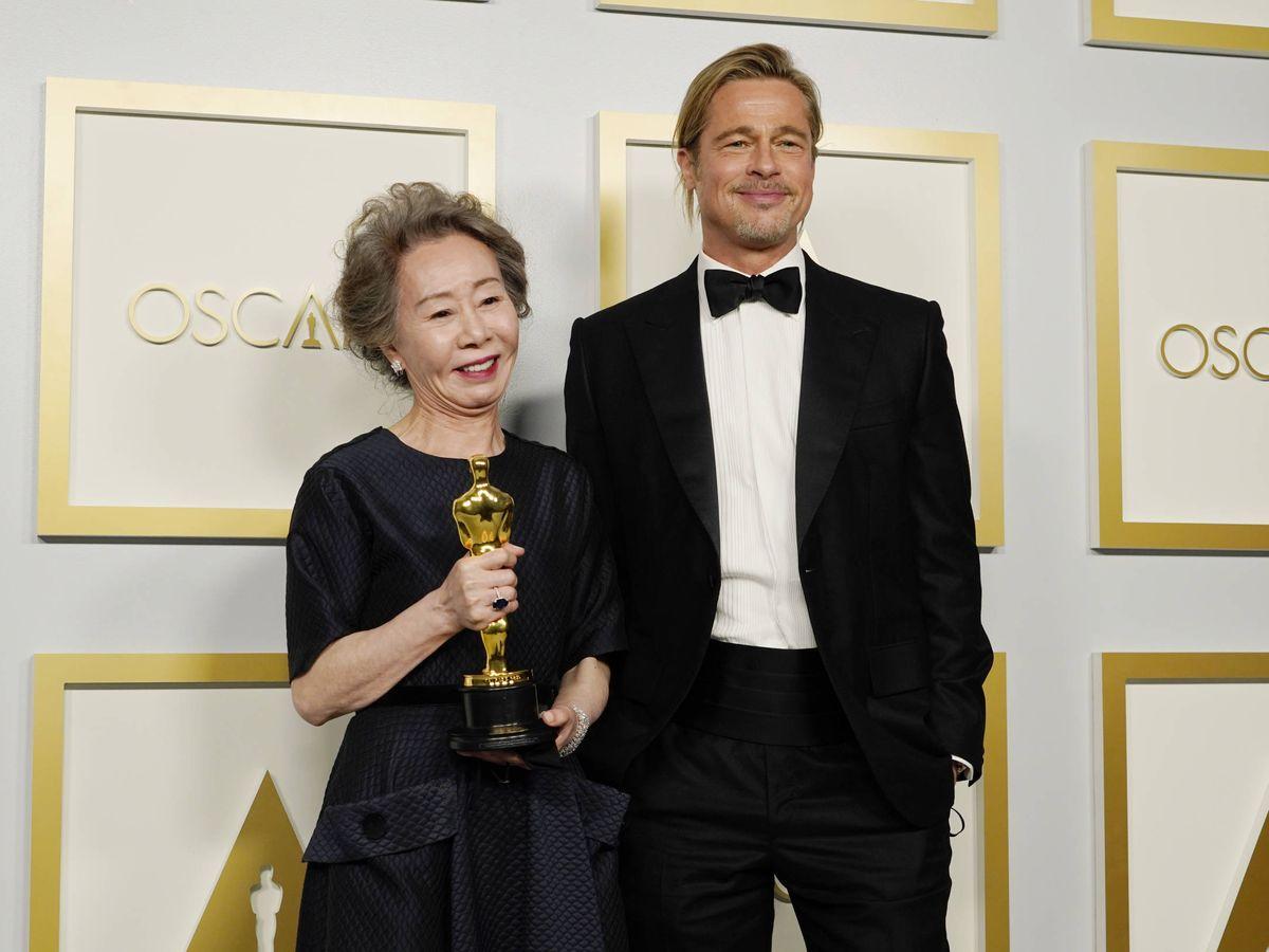 Foto: Yuh-Jung Youn, con su Oscar, y Brad Pitt, con su coleta. (Getty)