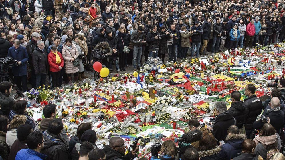 Foto: Cientos de personas guardan un minuto de silencio en la Plaza de la Bolsa en Bruselas tras los atentados. (EFE)