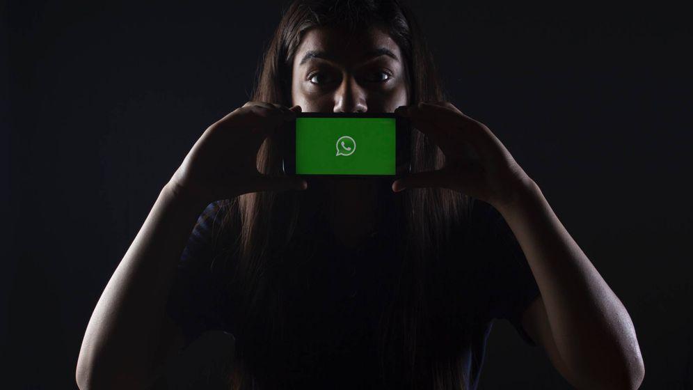 Foto: Una mujer sostiene un móvil con el logotipo de WhatsApp. (Unsplash)