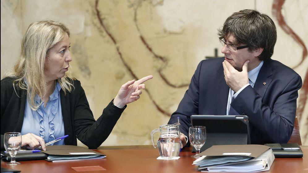 Foto: Neús Monté junto a Carles Puigdemont. (EFE)