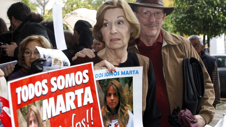 Los padres de Laura Cerna, en una manifestación de apoyo a Marta del Castillo. Foto: EFE/Juan Ferreras.